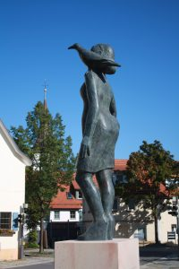 Frau von Welt, Bronze, Seitenansicht, Schöckingen, Birgit Rehfeldt